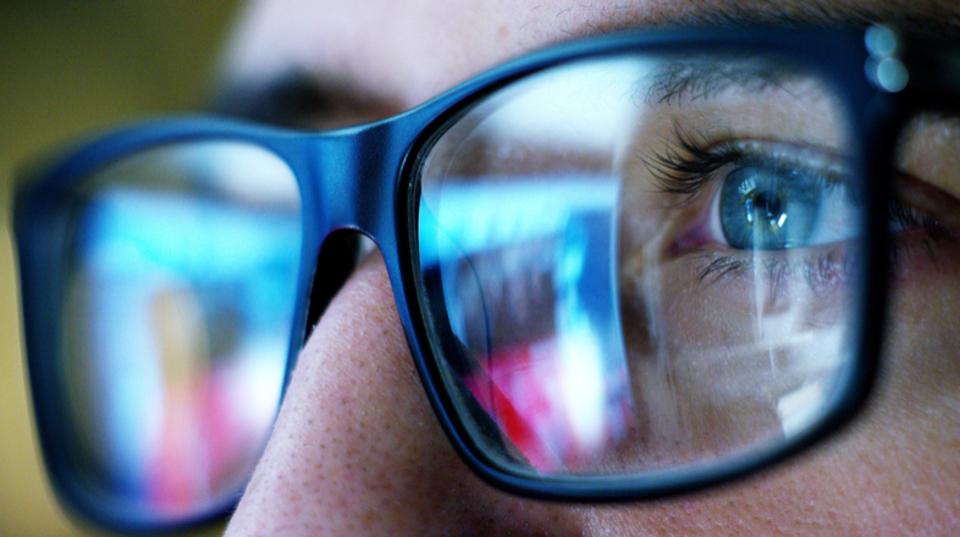 PC用のメガネや液晶用のフィルムを使用する